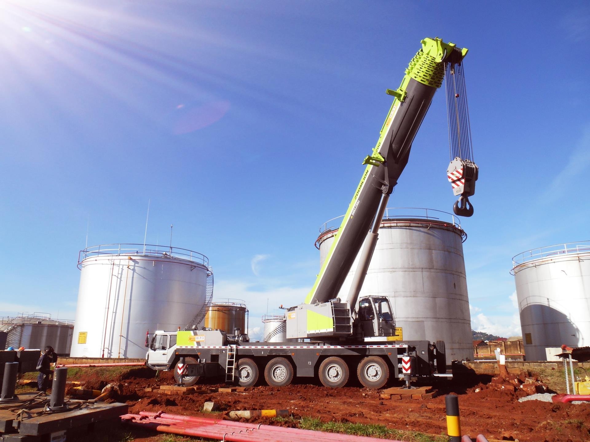 中联重科QAY200进驻非洲成乌干达目前最大吨位汽车起重机
